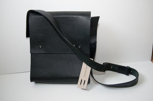 мужская сумка из кожи изображения.