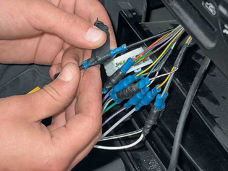 """Lanos этой самой  """"пакостью """" является заводская кассетная магнитола (если повезло), либо же вовсе - отсутствие..."""