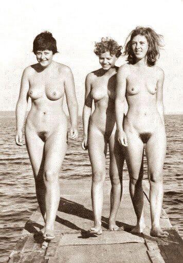 Свободная Европа: Ангела Меркель пьет и бродит по пляжу голой