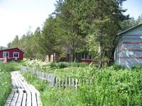 Слева направо: гостевой домик, мостки, заповедный огород инспектора, летняя кухня, дом инспектора