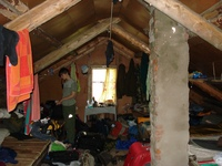 Чердакрыша, вид изнутри. Обстановка, как видно, рабочая. Свят медитирует над рюкзаком. Фото Капюшона