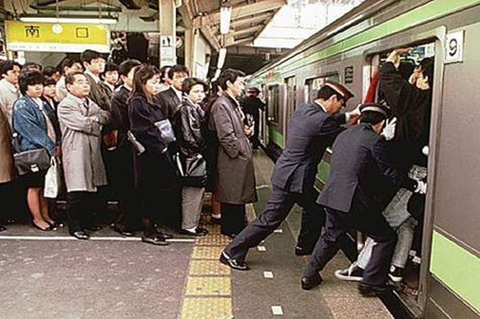 Картинки по запросу Метро в Японии всегда заполненно людьми, особенно в час пик. Поэтому есть специальные рабочие, люди которых называют Oshiya