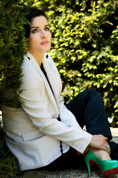 Тина Канделаки в белом пиджаке и зелёных туфлях