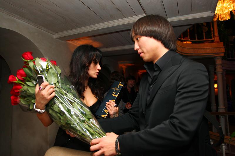 Тина Канделаки принимает подарок у Сангаджи Тарбаева