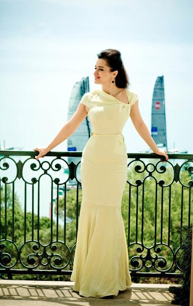 Тина Канделаки в белом платье на балконе