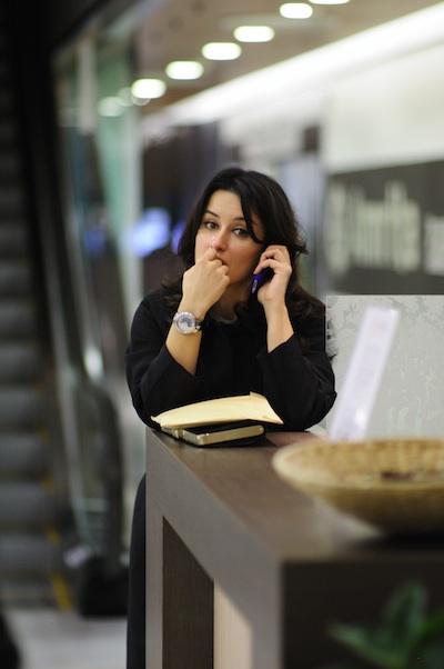 Канделаки говорит по телефону и что-то грызёт