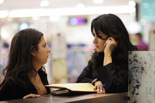 Тина Канделаки говорит с девушкой по телефону