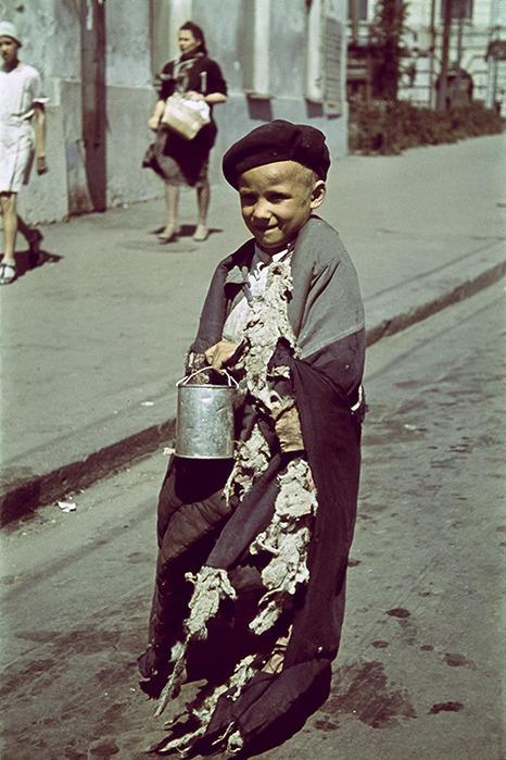 Нищий мальчик на улицах оккупированного Харькова в 1942 году