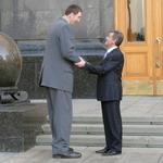 Общество: Ющенко покатался в машине житомирского Гулливера. ФОТО