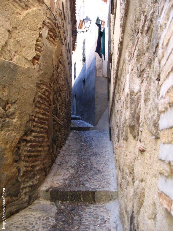 Toledo narrow street