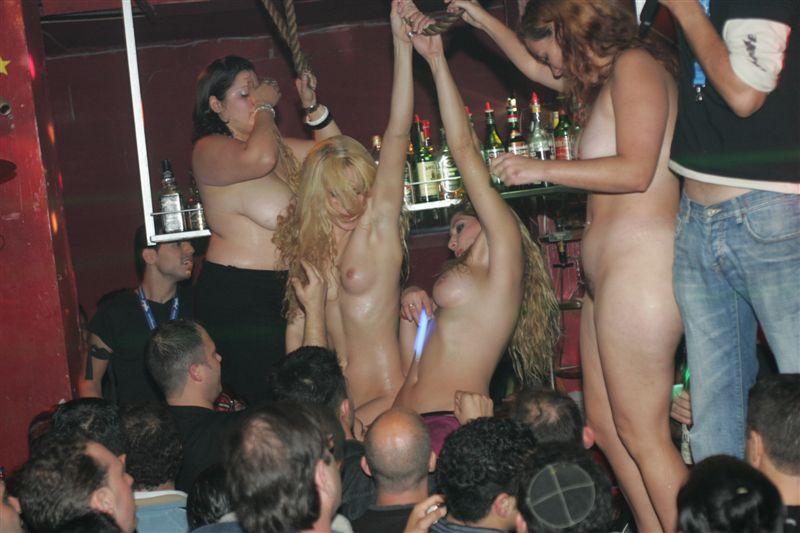 уменьшать студентки зажигают в стриптиз клубе размером она немногим