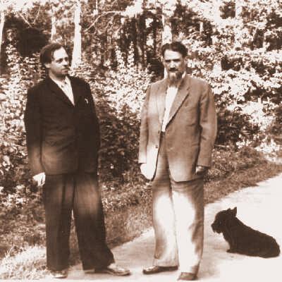 1958 год. Академик Курчатов в кругу друзей. Третий справа -- академик Боннэр