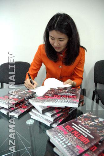 Бермет Акаева подписывает мне книжку. Фото: Азамат Иманалиев