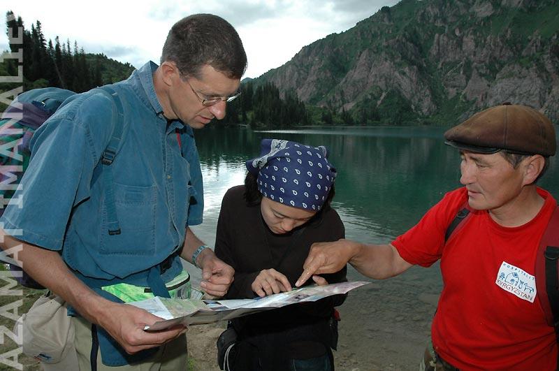 Туристы на озере Сары-Челек