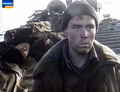 Рядовой Фаликов (провёл несколько месяцев в плену) и лейтенант Попов (погиб, лежит на броне)