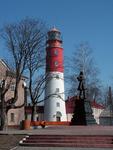 Памятник Петру I на фоне маяка