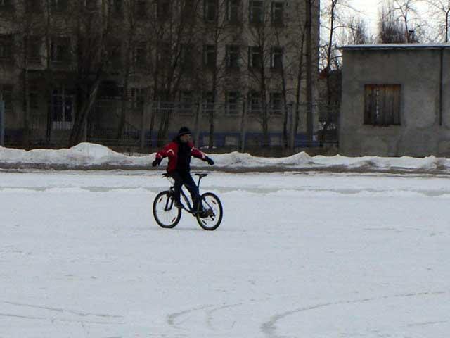 Юрий Бибик показывает клас езды на байке