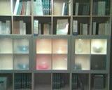 Книжные полки привлекают внимание
