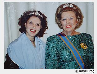 Королева и я (справа налево)