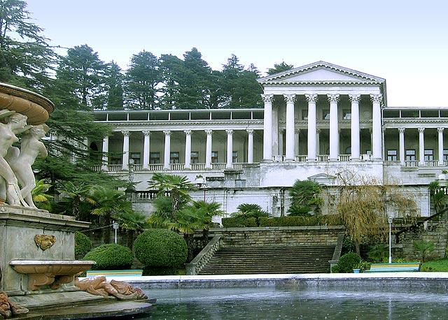 Старое главное здание со стороны фонтана
