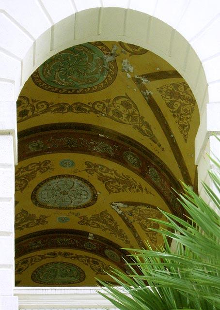Роспись на потолках арочных балконов старых корпусов санатория