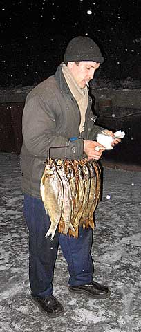 Продавец рыбы пересчитывает прибыль