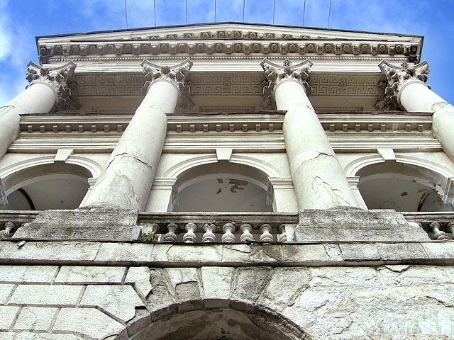 Колонны одного из старых корпусов санатория