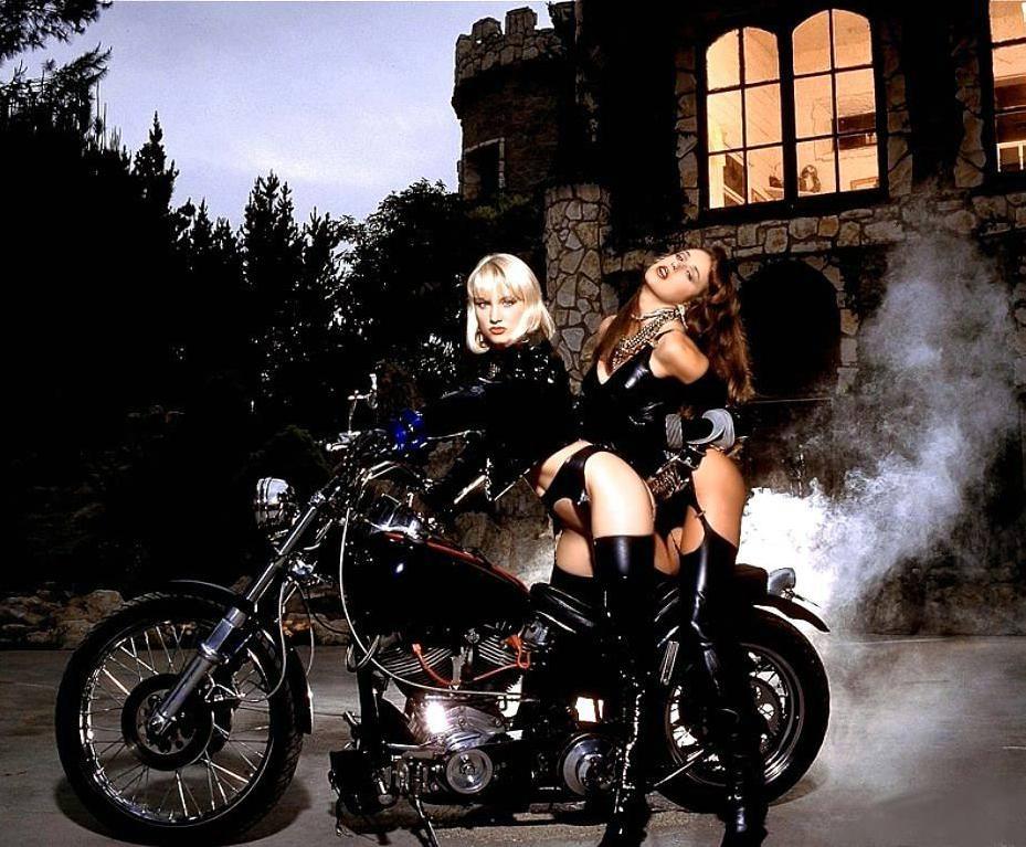 секс с байкерами на мотоциклах него