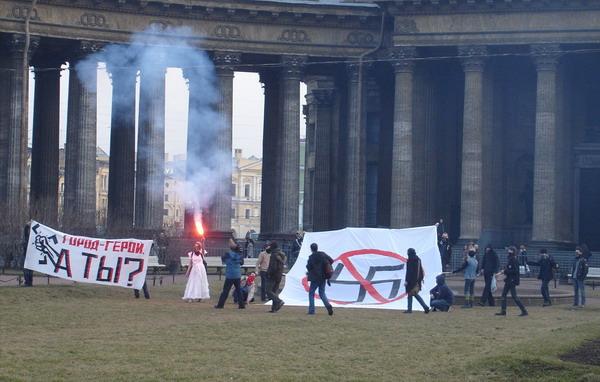 Antifa провели акцию у Казанского собора в центре Петербурга