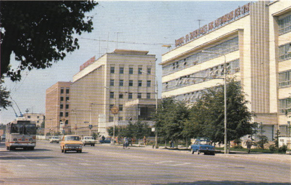 Вдали – здание ДГБ, в середине – МВД