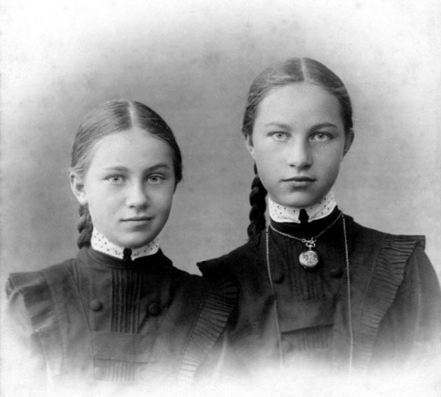 Сестры Наталья (слева) и Елена Власовы в гимназии на Пречистенке.Москва. 1913 г.