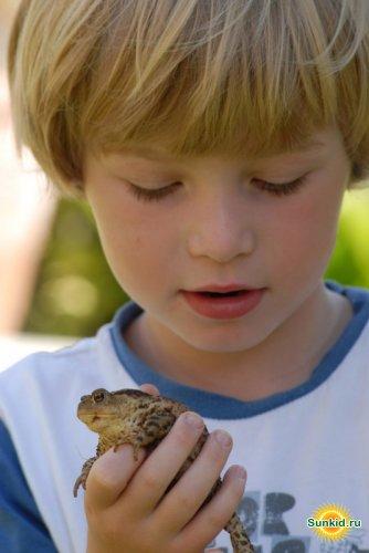 Мальчик с лягушонком