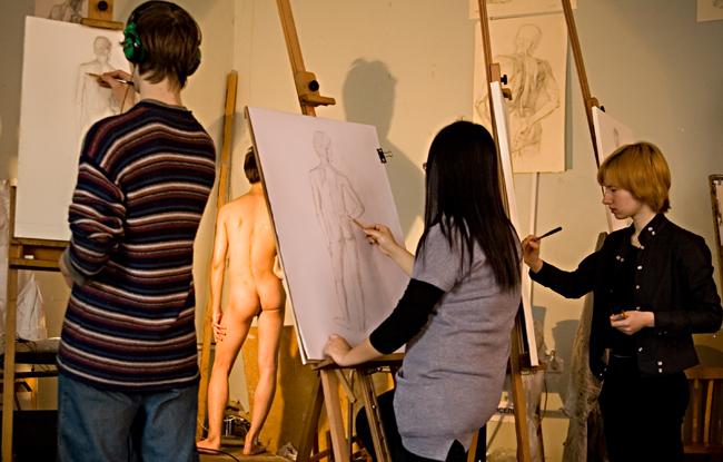нечего позирование перед художниками голых молодых парней см видео девушки просто обожают