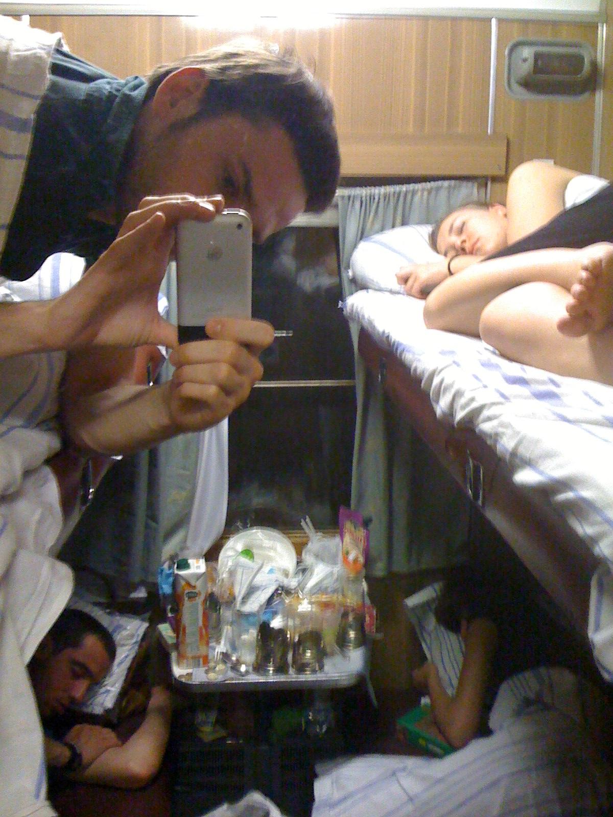 Три парня и две телки, очень красивые лесби в общежитие в порно
