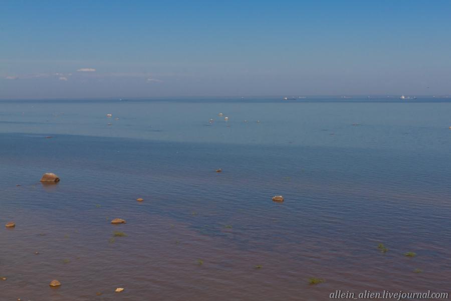 В 7 километрах от берега на рейде стоят пограничные корабли