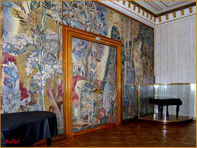 зал, в котором за стеклом хранится кабинетный рояль Густава Малера