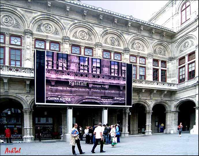 Венская Опера. Экран для показа он-лайн.