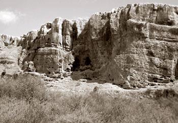 """Пещеры и укрепления в скале Ахбáра.Фото Инон Шавтиэль""""Убежища в скалах Галилеи"""""""