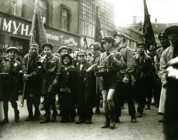 Пионеры и беспризорники, Москва, 1 мая 1927 года.