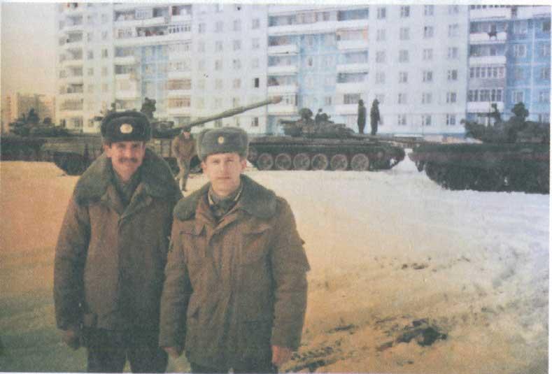 справа - старший лейтенант Ю.Г. Морозов
