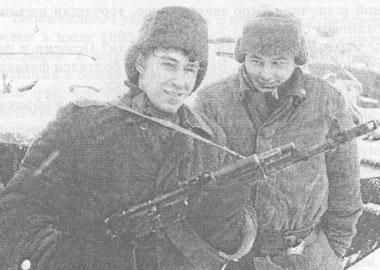 рядовой Роман Богданович Маслюк (слева)