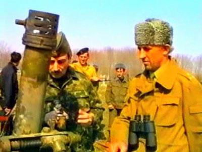 Чеченскому фюреру демонстрируют захваченное оружие.