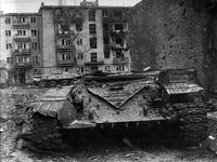 танк подбит в зелёном квартале со стороны ул. Р.Люксембург