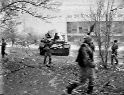 Танк боевиков возле кинотеатра «Юбилейный»