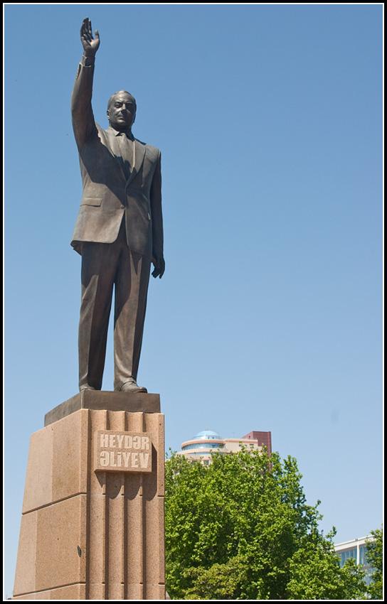 Памятник Алиеву на площади Алиева в городе имени Алиева
