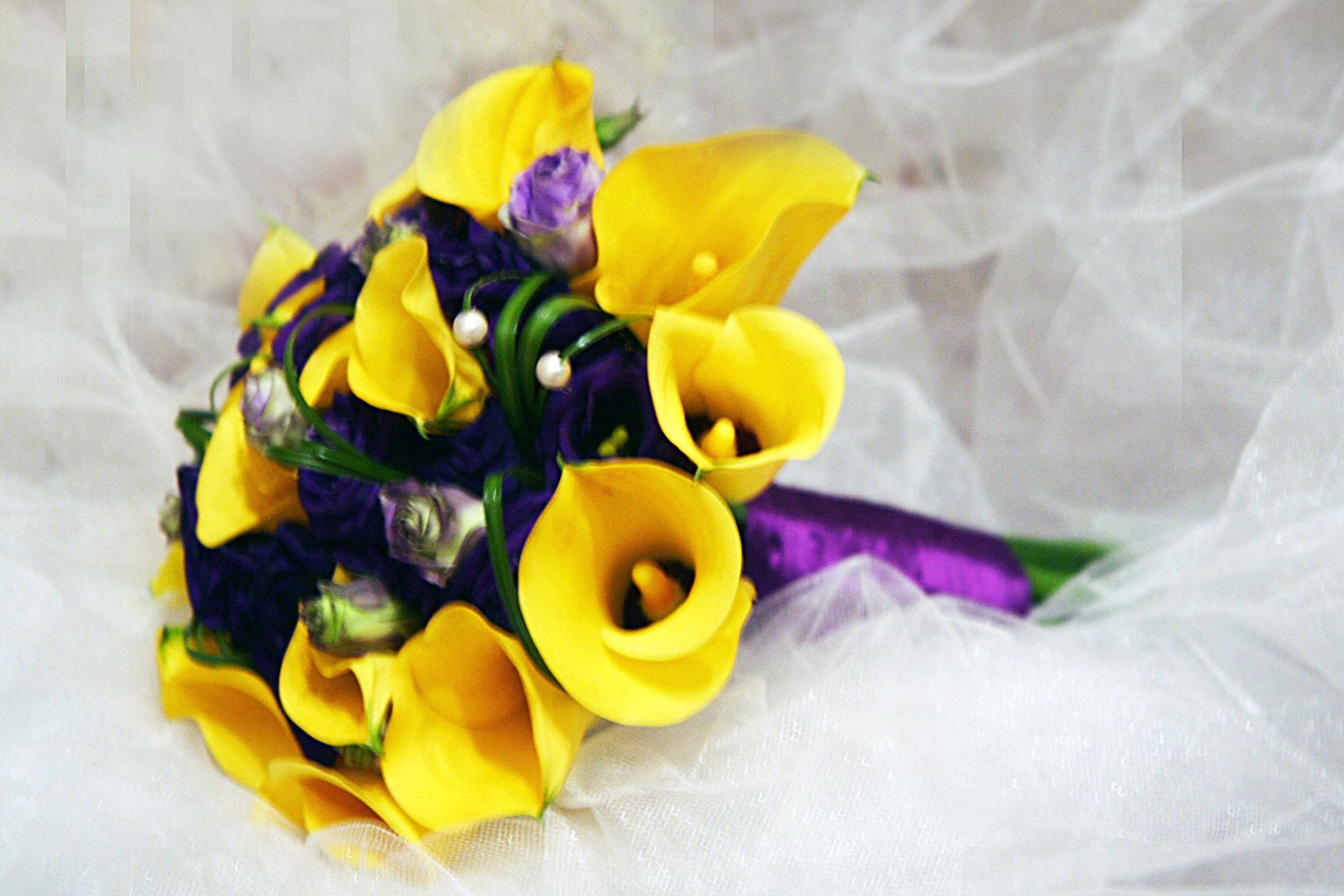 Букет фиолетовых и желтых, орхидей