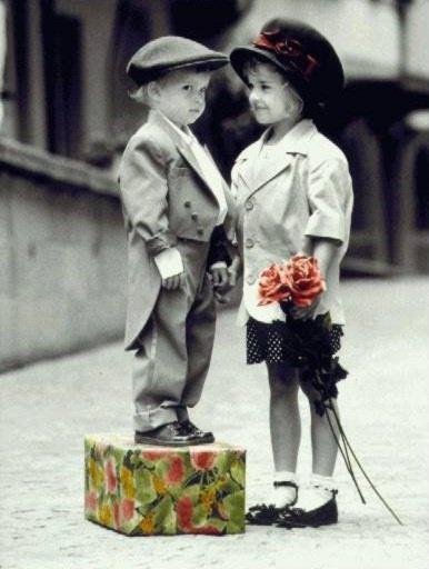 Картинки, мальчик дарит цветок открытка