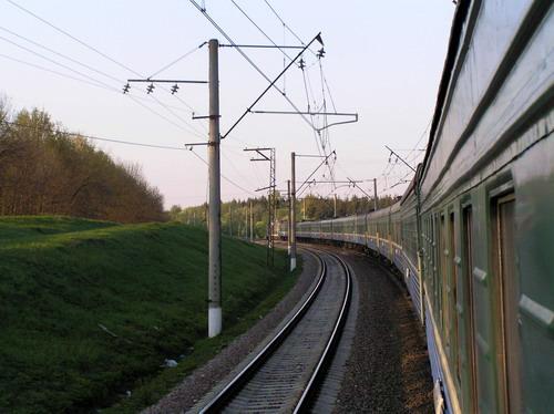На повороте из заднего вагона виден весь поезд.