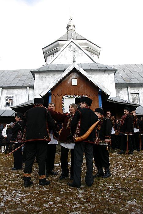 Коляднички біля церкви в Криворівні