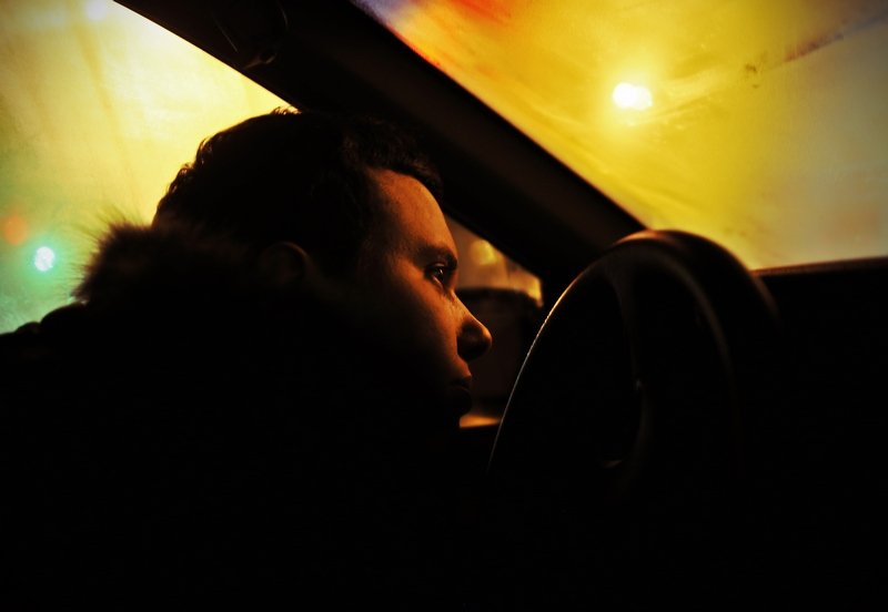 Фото парень в машине вечером